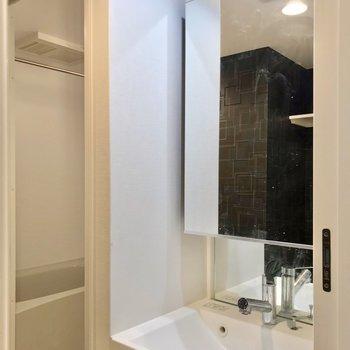 洗面台は鏡が広く、朝の支度も捗りそう!(※写真は2階の同間取り角部屋のものです)