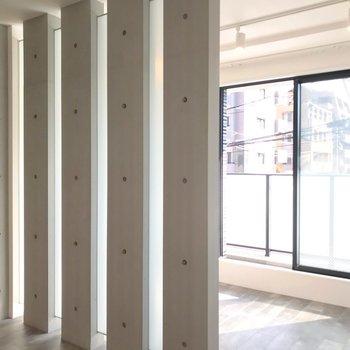 つづいて柱の先へ。窓は東向きなので、光がしっかり射し込みます。(※写真は2階の同間取り角部屋のものです)
