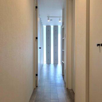 玄関から細い廊下を渡って居室へ。(※写真は2階の同間取り角部屋のものです)