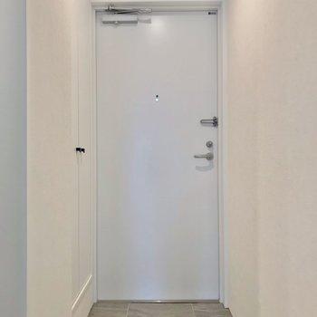玄関はフラットで、家具の搬入もしやすいです◯(※写真は2階の同間取り角部屋のものです)