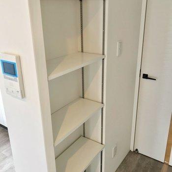 可動棚があるので、書類や雑貨の整理もラクラクです。(※写真は2階の同間取り角部屋のものです)