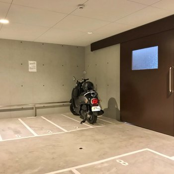 有料のバイク置場は扉付きのスペースに。
