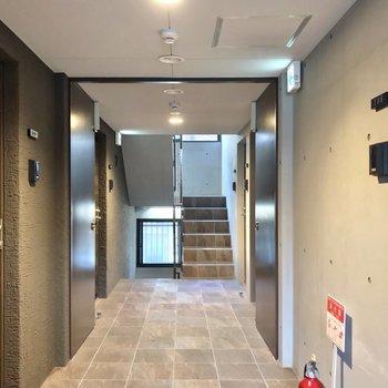 共用廊下もコンクリート打ちっぱなし。