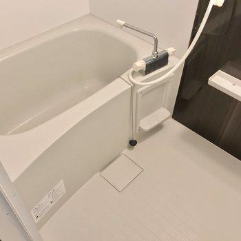 お風呂には浴室乾燥機が付いています。(※写真は2階の同間取り角部屋のものです)