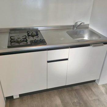 キッチンは2口コンロ。冷蔵庫はシンク側に置けますよ。(※写真は2階の同間取り角部屋のものです)