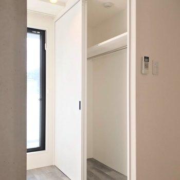 クローゼットはこちらに。引き戸で動線を遮りません。(※写真は2階の同間取り角部屋のものです)