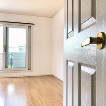 可愛い扉の先に待っているお部屋♩(※写真は1階の反転間取り別部屋のものです)