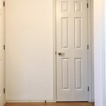 トイレは玄関手前に。何度見ても可愛い扉(※写真は1階の反転間取り別部屋のものです)