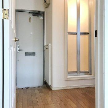 キッチンは扉を開けて右奥に