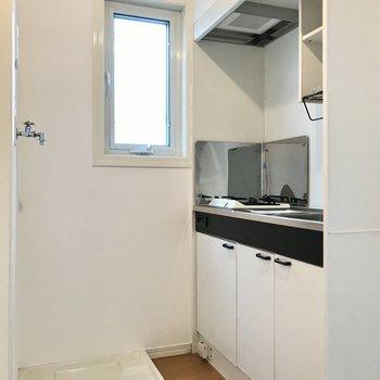 窓があって明るい空間。洗濯機を置くと手狭になるかな…