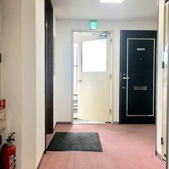 エレベーター近くのお部屋です。