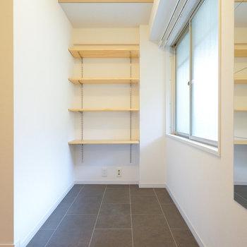 玄関には可動棚を設置します。※写真は完成イメージです