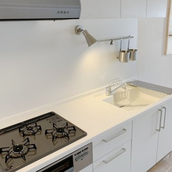 TOMOSのオリジナルキッチン。3口コンロにグリル付き。シンクが白なのも可愛い。※写真は完成イメージです。