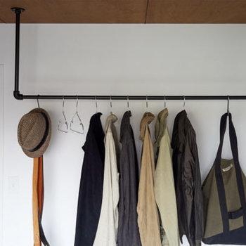 L字のアイアンバーをベランダ側のマド付近に取り付けます。グリーンを飾って清潔感のあるお部屋に。※写真は完成イメージです