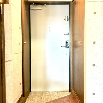玄関の右側は洗濯機置き場。左側は靴箱です。