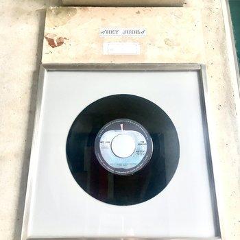 お部屋の名前が「ヘイ・ジュード」。レコードも素敵。