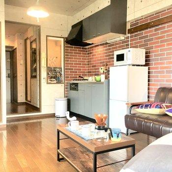 レンガ調に合わせて家具はアンティーク風にすると、より素敵に引き立ちますね。