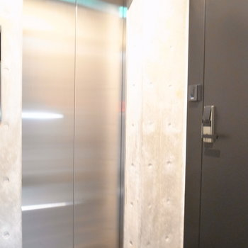 【共用部】エレベーターを出てすぐ左にお部屋があります。