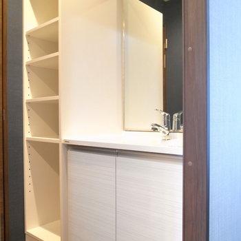 浴室を出て目の前に、洗面台と収納棚があります。 ※写真は2階の同間取り別室のものです。
