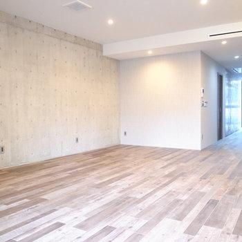 コンクリートとすてきなフローリングの組み合わせ!天井も高めで開放的です。 ※写真は2階の同間取り別室のものです。