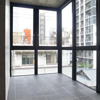 お部屋のもうひとつの目玉、土間です!ガラス張りで開放的!しかも南向きなんです。