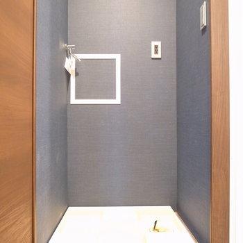 洗面台の向かいに洗濯パンがあります。 ※写真は2階の同間取り別室のものです。