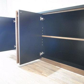 腰程度の高さの棚が5つ並んでいます。1つは扉なし。どれも奥行きがありました! ※写真は2階の同間取り別室のものです。