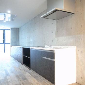 廊下にキッチンがあります。棚と同じ高さに揃っていて、お部屋の雰囲気を損なわない出で立ち。 ※写真は2階の同間取り別室のものです。
