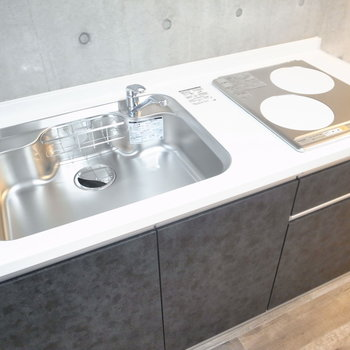 単身者向けで調理スペースはワゴンを活用したり、シンクに板を渡したりして工夫しましょう〜。 ※写真は2階の同間取り別室のものです。