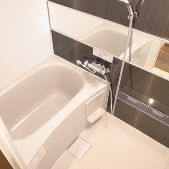お風呂はややゆったり。 ※写真は2階の同間取り別室のものです。