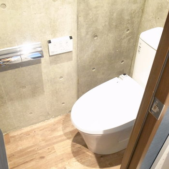 トイレの中だってコンクリート!棚がないので、スリムなものをご用意ください。 ※写真は2階の同間取り別室のものです。