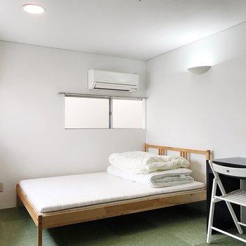 【洋室7.9帖】ダブルベッドとデスク付きです