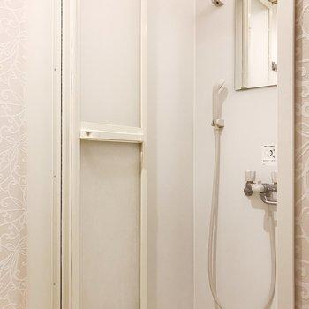 鏡付きのシャワーブースです
