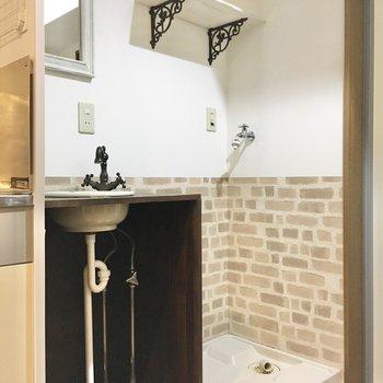 その隣に、洗面台と洗濯機置き場。上部の棚には洗剤やタオルを置いておけますね。