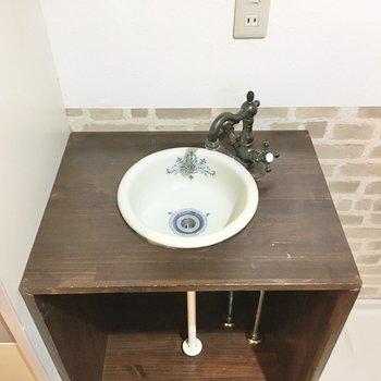 フランスアンティークを思わせる洗面台のボウル。顔を洗うたびに優雅な気分に...。