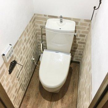 トイレも所々に上品なデザインが。上部には棚があるのでトイレ用品のストックも◎