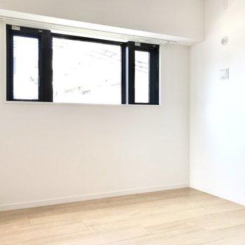 玄関側の洋室は4.8帖。こちらにも大きな窓が◯