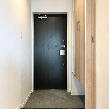 玄関まわりはスッキリと。シューズボックス下の隙間が便利です