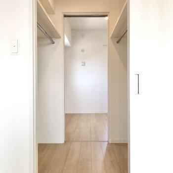 両脇にポールも◯そして玄関側の洋室と繋がってるんです!