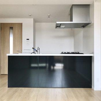 開放感ある対面式キッチン。黒が引き締め役に◯