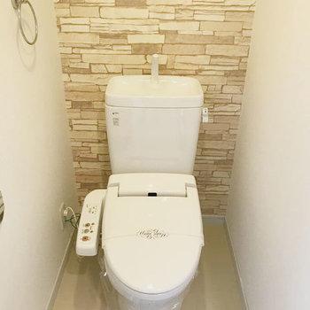 トイレはゆったり落ち着き空間。(※写真は10階の同間取り別部屋、モデルルームのものです)