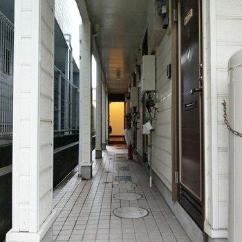 共用部は少し古さを感じますが、とても綺麗。玄関はダブルロックでセキュリティ◎