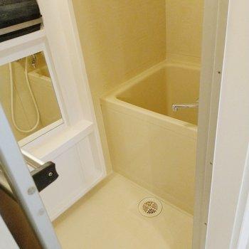 お風呂は玄関横に。鏡は大きめです。(※写真の家具、小物は見本です)