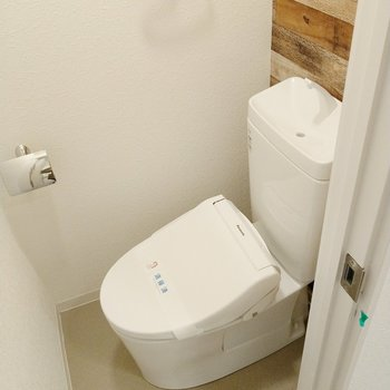 トイレもウォシュレット付き!木目のクロスがいいね。