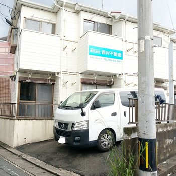 建物正面の車が停まっている場所が通常は駐輪場になります。