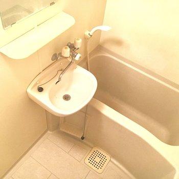 洗面台はお風呂にあります。