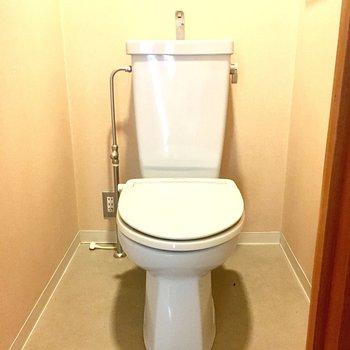 お風呂場の横にトイレがありますよ。