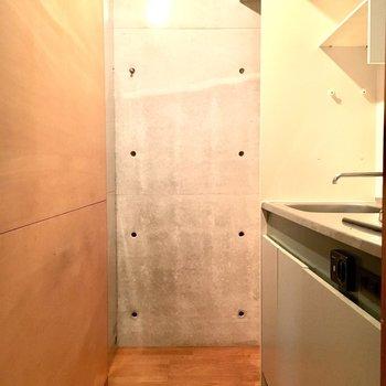 ここがキッチン。隠れるようにひっそりと。※2階別部屋、類似間取りのものです。