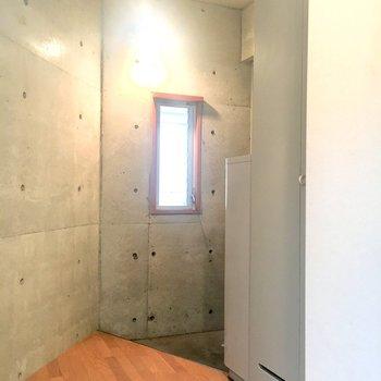 玄関横に扉で目隠しできる洗濯機置き場があります。※2階別部屋、類似間取りのものです。