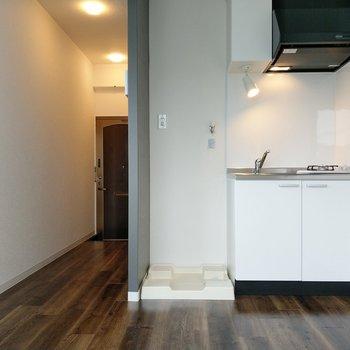 洗濯機置場がキッチン横に。冷蔵庫置場は窓横になりそう。